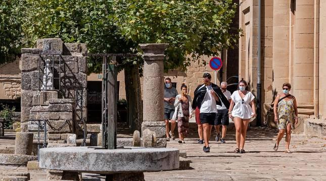 Foto de un grupo de caminantes por la plazoleta de la parroquia de San Salvador de Arróniz.