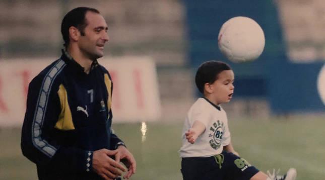 Imagen del futbolista Miguel Merino en su época en Las Palmas, en 1998, con el pequeño Mikel, que tenía 2 años.
