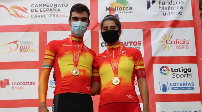 Foto de Juan Ayuso e Idoia Eraso, campeones de España junior contrarreloj 2020.