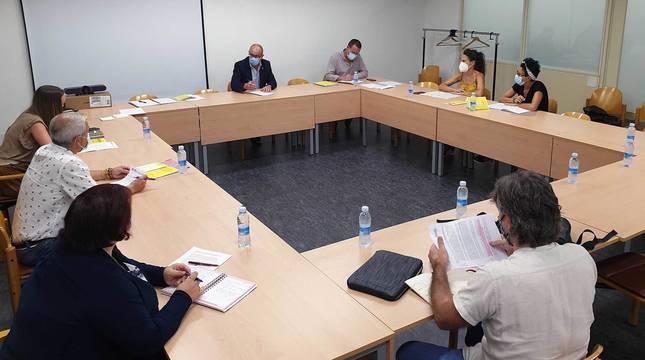 Los participantes en la reunión mantenida por el consejero Gimeno y cargos del Departamento de Educación con la representación de las apymas.