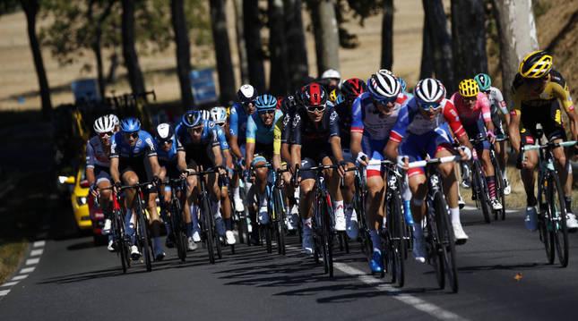 Foto del pelotón del Tour 2020, en el transcurso de la séptima etapa.