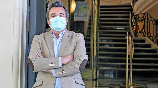 Rafael Teijeira Álvarez, presidente del Colegio de Médicos de Navarra, ante la puerta de la entidad en Pamplona.