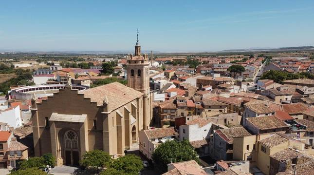 Foto aérea de Cintruénigo, con la iglesia de San Juan Bautista reinante.