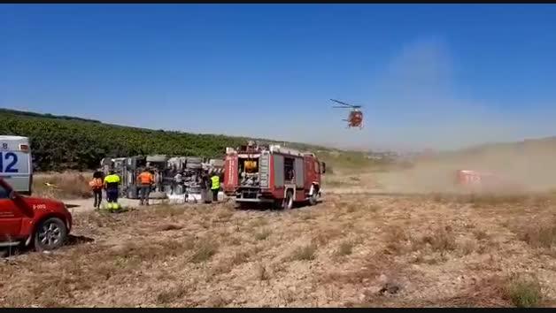 Herido un camionero al volcar en un camino rural de Caparroso