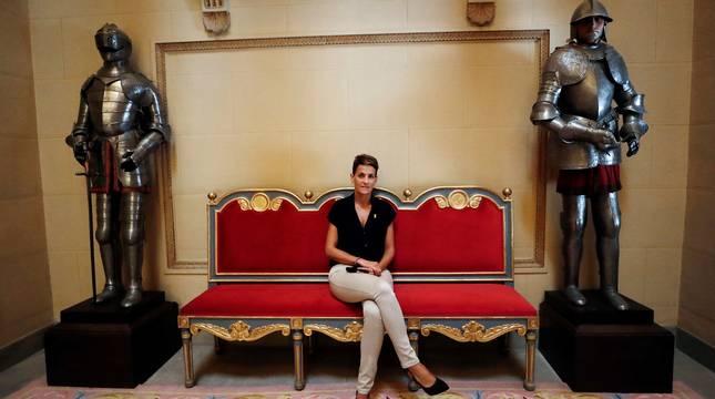 La presidenta de Navarra, María Chivite, posa en las escaleras de acceso al Palacio de Navarra.