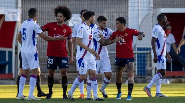 foto de ARIDANE, CAPITÁN. El central canario portó ayer el brazalete. En la foto, en un pequeño tumulto con jugadores del Eibar y el Chimy.