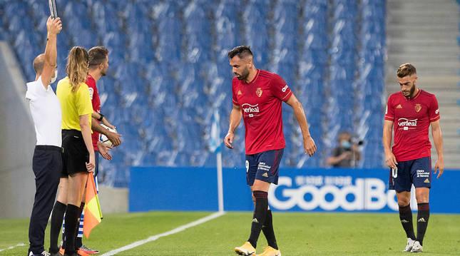 Enric Gallego se retira lesionado. Juan Villar ocupó su sitio en el campo.