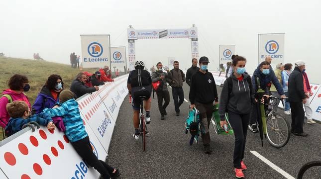 El esloveno Tadej Pogacar se impuso este domingo en la segunda etapa pirenaica del Tour de Francia por delante de su compatriota Primoz Roglic, que conquistó el maillot amarillo de líder.