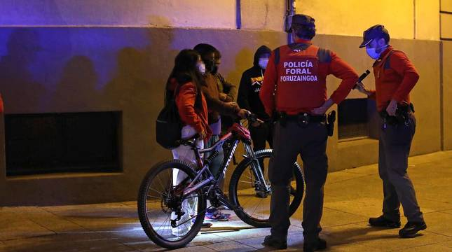 Diario de Navarra acompaña a dos patrullas de la Policía Foral durante una noche