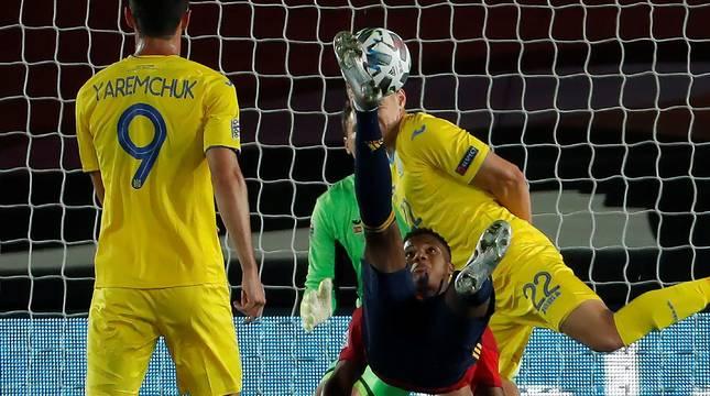 Ansu Fati remata de chilena en el partido contra Ucrania.