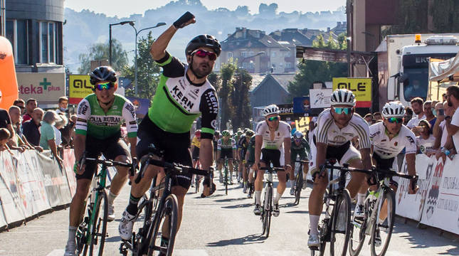 Enrique Sanz celebra el primer triunfo del equipo navarro Kern Pharma.