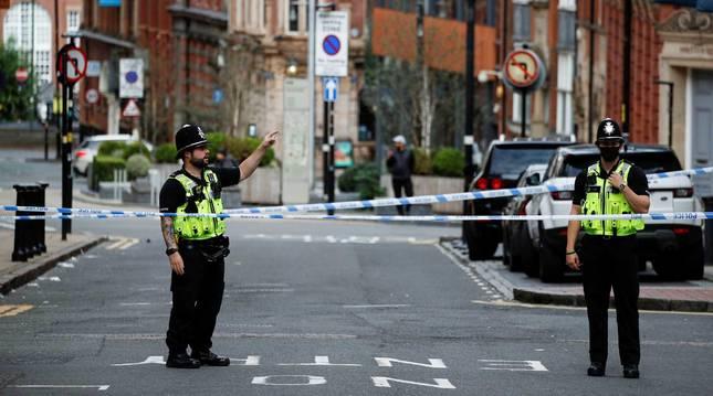 foto de Varios agentes de la policía británica investigan el apuñalamiento ocurrido en Birmingham