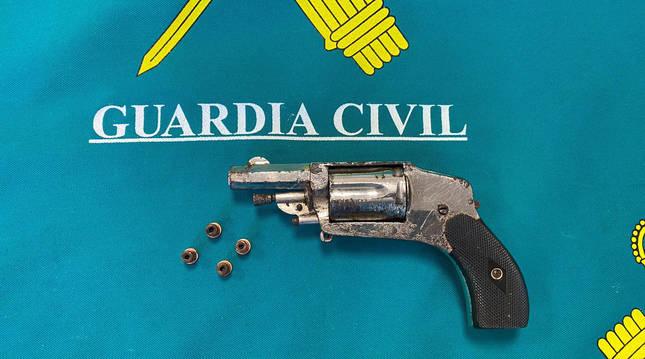 foto de Revolver del calibre 22 encontrado a un vecino de Villava, que no tenía licencia de armas