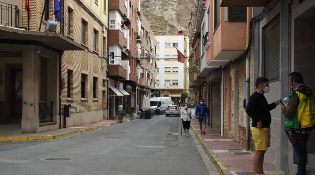La calle Plus Ultra comunica la plaza de Los Fueros, al fondo, con la plaza de Garcíandía, donde se sitúa el ayuntamiento.