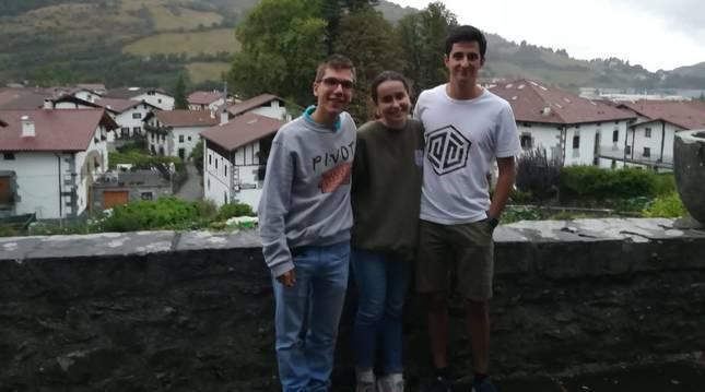 Los tres amigos que vivieron la picadura. De izquierda a derecha: Diego Esain, Carmen Baleztena y Pablo Soto Pinilla.