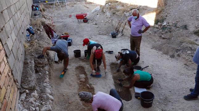 Varios participantes en el taller, durante un turno de las excavaciones que se llevan a cabo en el solar de Gloria Zardoya.