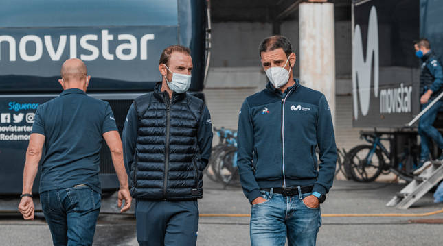 Patxi Vila, a la derecha, conversa con Alejandro Valverde, durante la concentración del equipo.