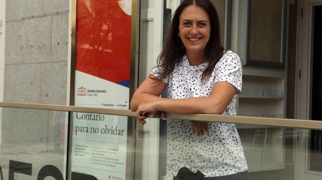 Aintzane Garreta, posando este lunes en el Teatro Español de Madrid junto al cartel de la obra Contarlo para no olvidar.