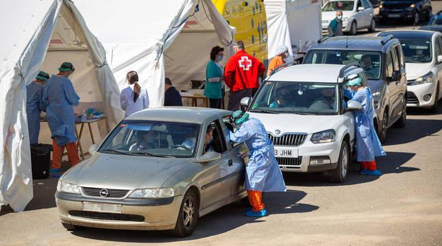 Foto de realización de pruebas de PCR en Alfaro el 31 de agosto, en el punto de diagnóstico instalado el Estadio Municipal de La Molineta.