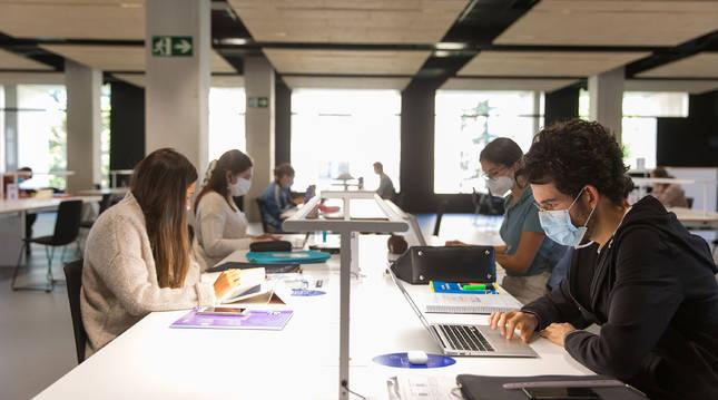 Alumnos de la Universidad de Navarra en la biblioteca.