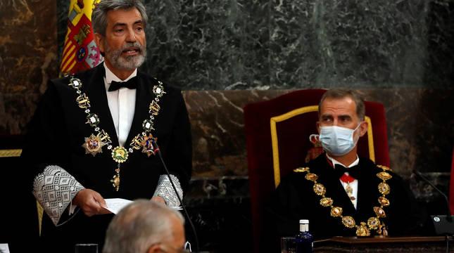 El presidente del Consejo General del Poder Judicial (CGPJ), Carlos Lesmes (i), interviene en presencia del rey Felipe VI, al inicio del acto de inauguración del año judicial.