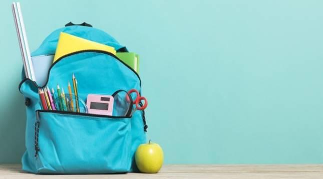 Imagen de una mochila escolar con abundante material