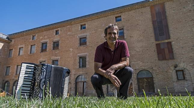 Ángel Luquin, con su acordeón ayer en los jardines de la escuela de música de Estella.