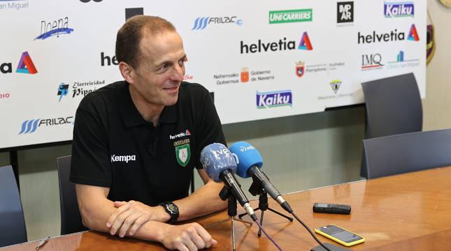 El técnico Quique Domínguez en la rueda de prensa de ayer celabrada en la SCDR Anaitasuna.