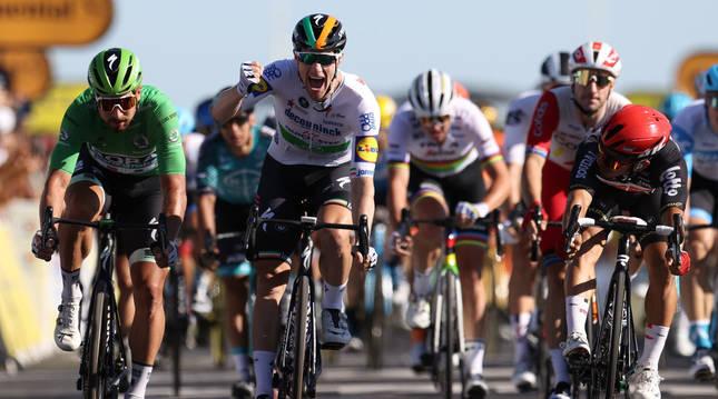 Foto de Sam Bennett (Deceuninck-Quick Step) celebrando su triunfo al sprint en la décima etapa del Tour 2020.