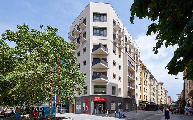 foto de Fachada del edificio ampliado y rehabilitado en la confluencia de las calles Carlos III y Tafalla de Pamplona