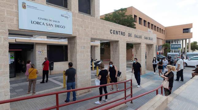 Foto de varias personas esperando para hacerse una prueba PCR en el Centro de Salud del Barrio de San Diego de Lorca, Murcia.