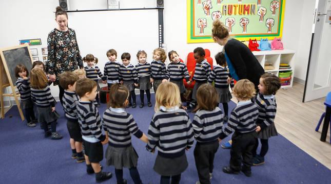 Un grupo de alumnos del British School of Navarra trabaja en una de sus clases en la nueva sede del colegio en Gorráiz.