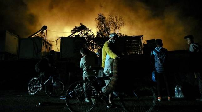 El campo de refugiados de Moria, en la isla de Lesbos, que alberga a cerca de 13.000 personas ha quedado prácticamente destruido en un incendio provocado esta madrugada tras enfrentamientos entre los migrantes.