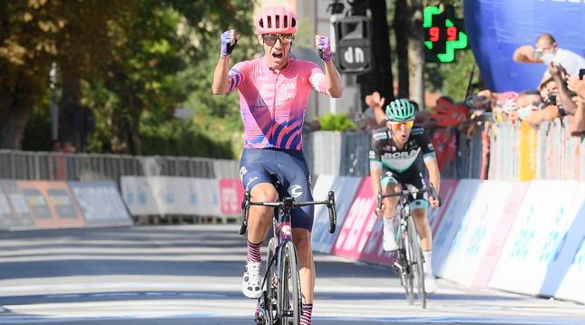 Michael Woods celebra el triunfo en la tercera etapa de la Tirreno-Adriático.