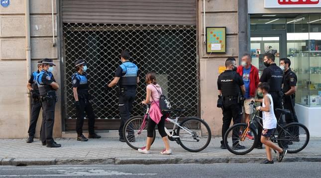 foto de Agentes de la Policía Municipal y de la Policía Nacional durante el desalojo de la bajera de la calle Bergamín
