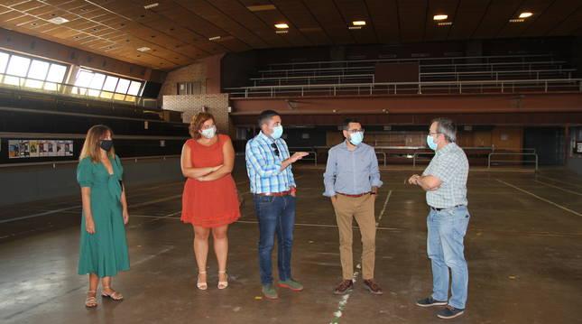 foto de El director general Rodríguez, el alcalde Calvo y otras autoridades, en el polideportivo de Ribaforada