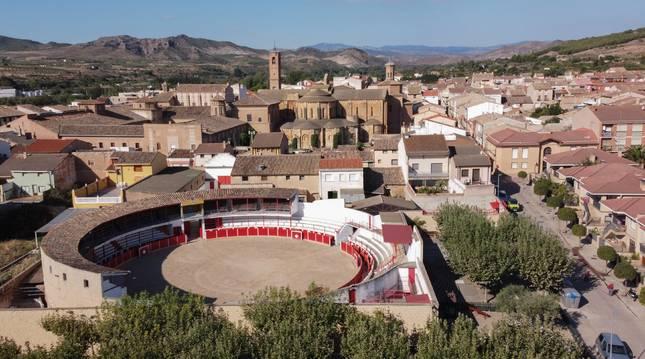 Imagen aérea de Fitero con la plaza de toros en primer plano y el Monasterio de Santa María la Real al fondo.