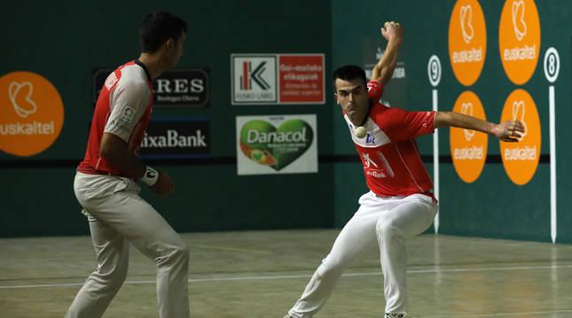 Bikuña golpea en presencia de Mikel Urrutikoetxea en el partido del lunes en Ziordia.