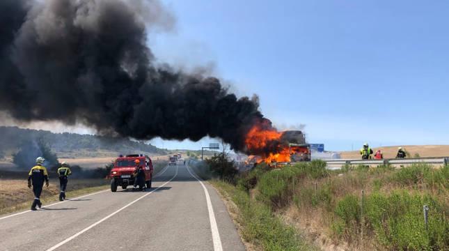 Camión ardiendo en la A-12 entre Zizur y Astráin