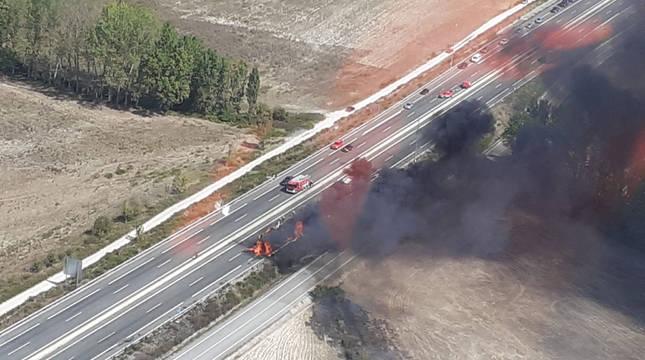 Un camión cargado de paja ha ardido este mediodíaen la A-12 entre Zizur y Astráin, en sentido Pamplona causando atascos y restricciones de tráfico.