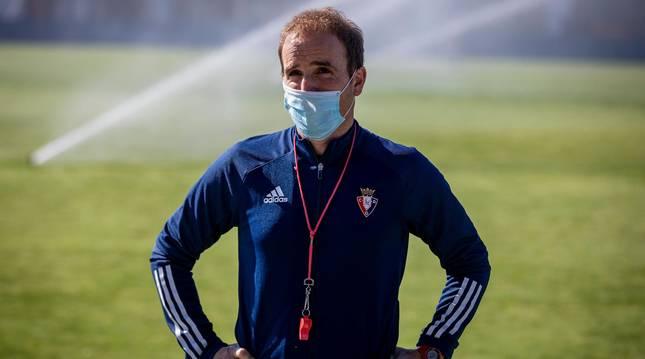 foto El entrenador de Osasuna, Jagoba Arrasate, con mascarilla en un entrenamiento en Tajonar