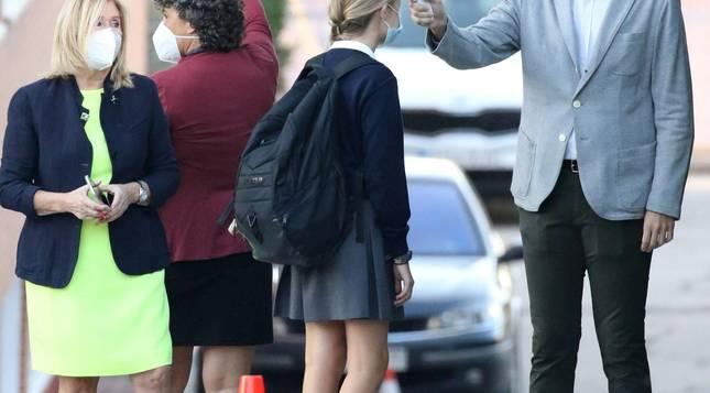 Foto de la Princesa Leonor a su llegada al colegio.
