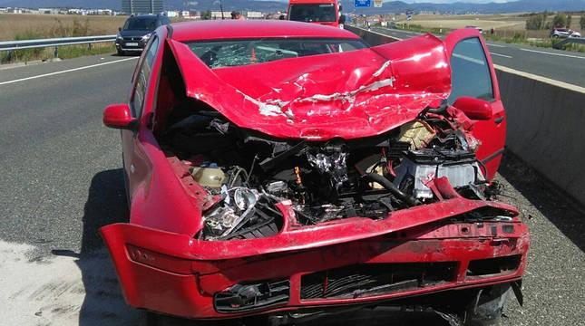 Estado en el que quedó el vehículo tras chocar contra el coche patrulla.