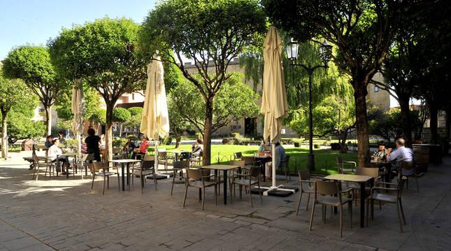 Los turistas han seguido eligiendo Olite como destino vacacional. En la imagen, varias personas en una terraza de la placeta, frente al Parador.