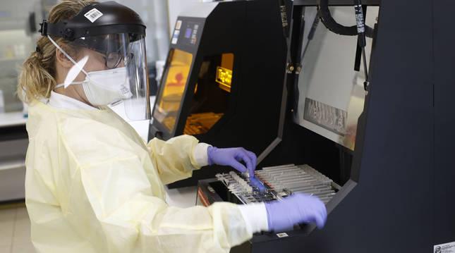 Foto de una sanitaria durante el análisis PCR en el laboratorio del Complejo Hospitalario de Navarra.