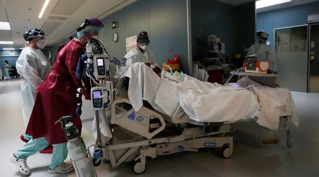Foto de varios sanitarios atendiendo a un paciente en la UCI durante la primera onda de la pandemia.