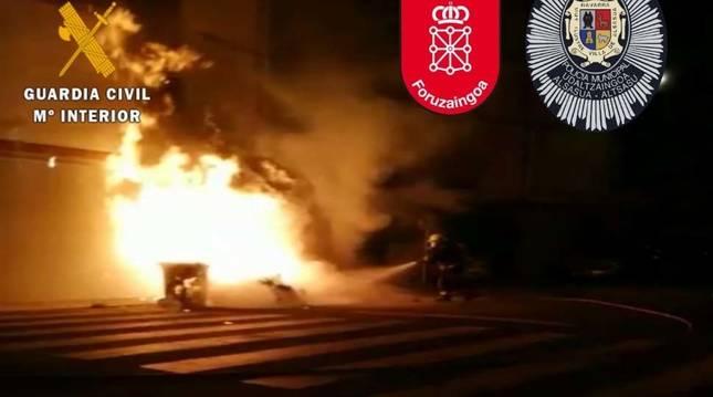 Lanzan botellas y objetos a la Policía y la Guardia Civil y queman tres contenedores en Alsasua