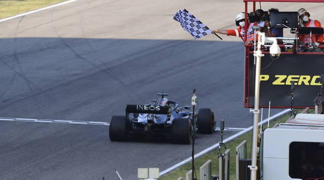 Foto del piloto británico Lewis Hamilton (Mercedes), cruza la línea de meta.