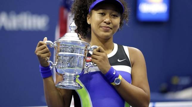 Foto de Naomi Osaka, con el trofeo de ganadora del US Open 2020.
