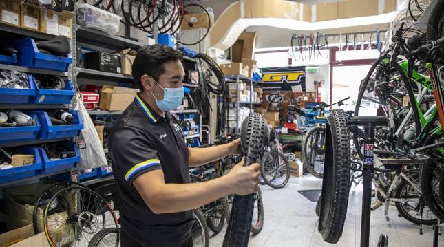 Edison, uno de los mecánicos de Ciclos Martín, en Mendebaldea.